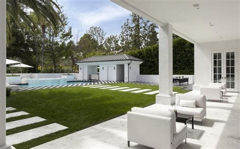 Floyd Mayweather buys knockout Beverly Hills mansion for